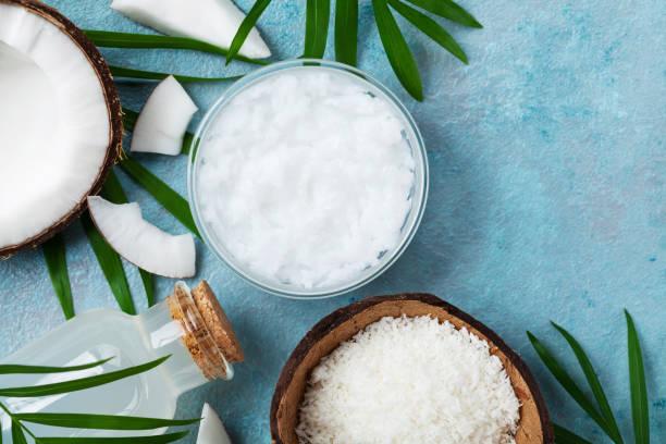 satz von bio kokosnussprodukte für wellness, kosmetik oder lebensmittel zutaten. öl, wasser und späne draufsicht. - glaswaschtisch stock-fotos und bilder