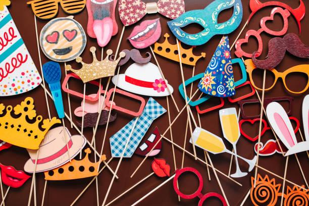 set von foto-accessoires für hochzeits- und geburtstagsfeiern - hochzeitsfeier mit kindern stock-fotos und bilder