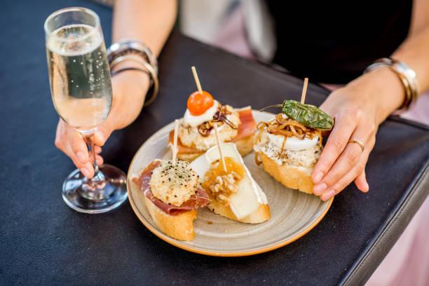 satz von pinchos auf dem tisch - spanisches essen stock-fotos und bilder