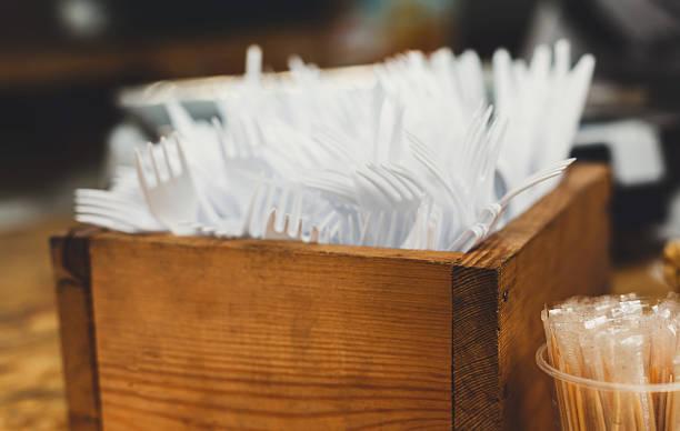 set of plastic disposable cutlery in wooden box - besteck günstig stock-fotos und bilder
