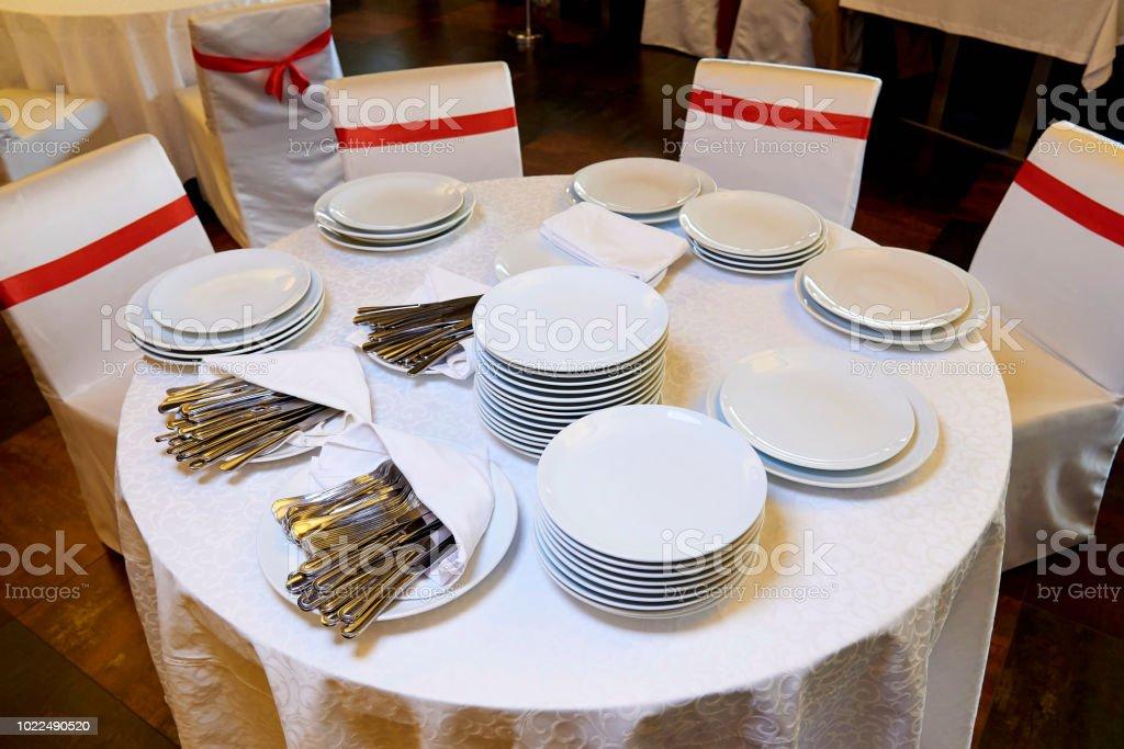 Eine Reihe Von Teller Und Besteck Fur Das Buffet Stockfoto Und Mehr Bilder Von Arrangieren Istock