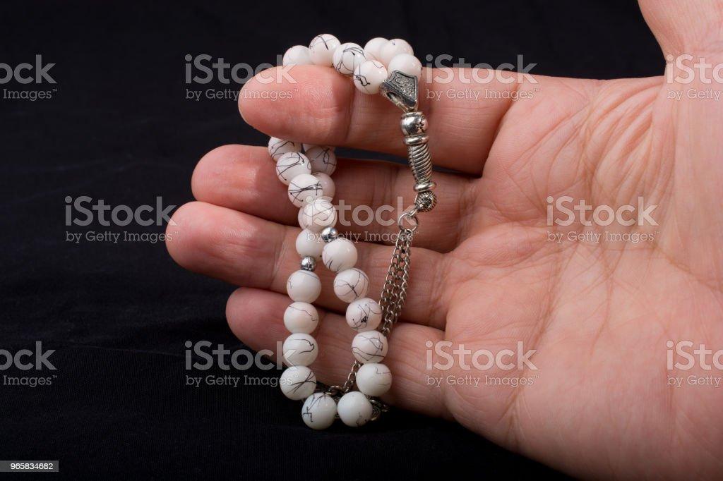 Set van biddende kralen van verschillende kleur in de hand - Royalty-free Bidden Stockfoto