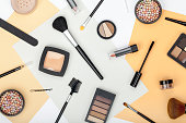 専門の装飾的な化粧品、化粧道具、白い背景の上のアクセサリーのセットです。美容、ファッション、パーティ、ショッピングのコンセプト。トレンディなフラット レイアウト構成、トップ ビュー