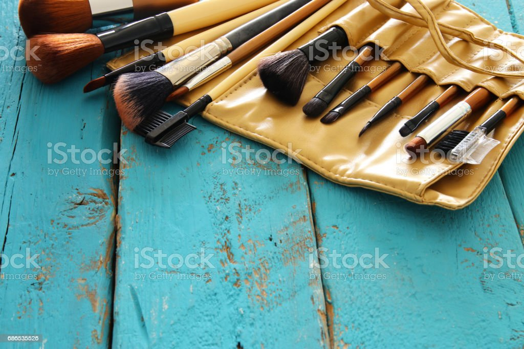 Set of professional makeup brushes on wooden table. foto stock royalty-free