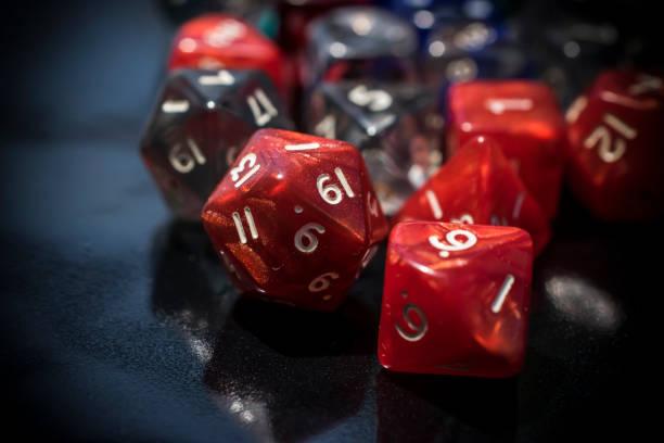 een set rode en transparante rpg-dobbelstenen - veelvlakkig stockfoto's en -beelden