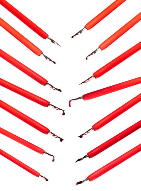 satz roter dip-stifthalter mit ausgeschnittenen tintentropfen - dip gefärbt stock-fotos und bilder
