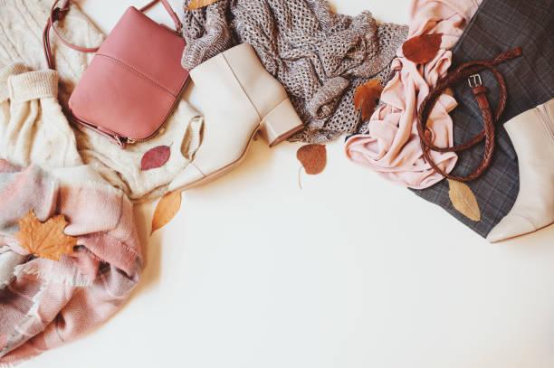 conjunto de temporada ropa de mujer moda otoño, vista superior con espacio de copia. zapatos de moda, suéter y bolsos. - vestimenta fotografías e imágenes de stock
