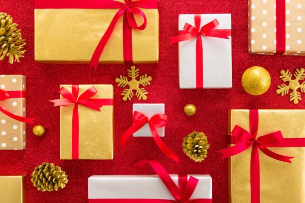 eingestellt von glänzenden geschenkboxen mit dekoration artikel auf rot glitzernden hintergrund - originelle geburtstagsgeschenke stock-fotos und bilder
