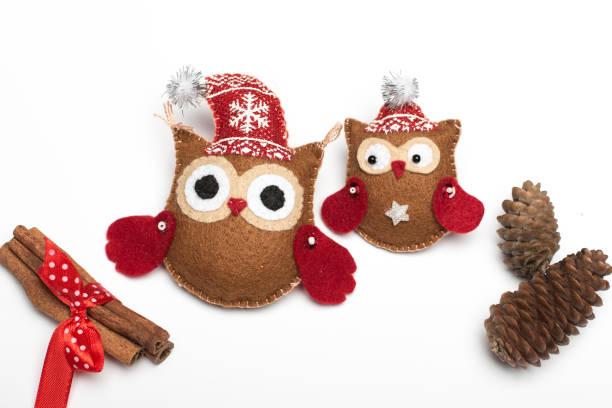 satz von sechs handgemachte weihnachtsdekorationen fühlten - diy eule stock-fotos und bilder