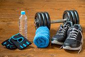 木製の床の男性アスリートのためのスポーツ施設のセット