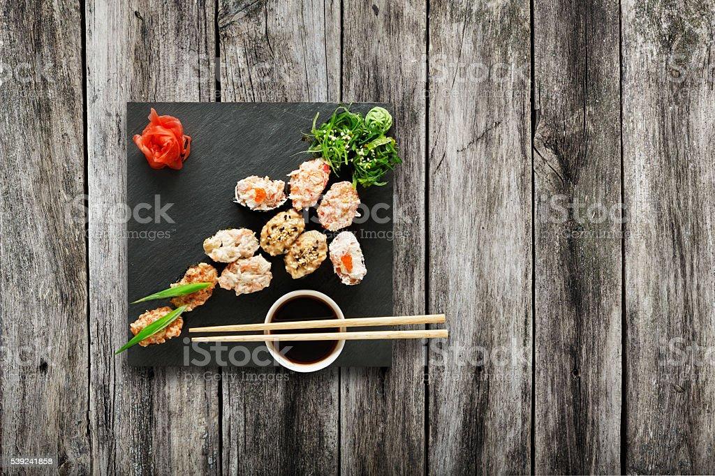 Conjunto de gunkan sushi en madera. foto de stock libre de derechos