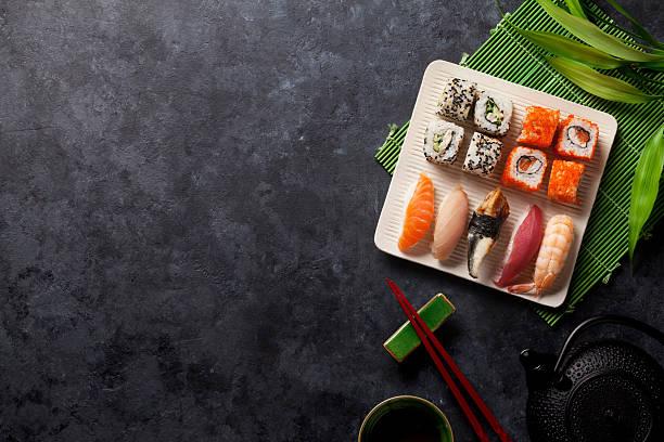 ein satz von sushi, maki und grünem tee - sushi essen stock-fotos und bilder