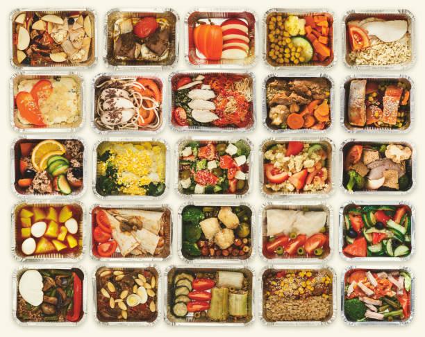 Conjunto de alimentos lejos de tomar las cajas en el fondo blanco - foto de stock