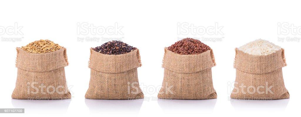 Conjunto de arroz tailandés en saco pequeño marrón. Estudio tiros aislados sobre fondo blanco - foto de stock