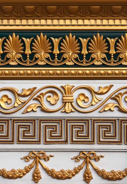 ein satz der stuckform verschiedener stile, die mit gold bedeckt sind. - dachformen stock-fotos und bilder