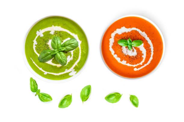 """satz von tomaten und spinat-suppe mit sahne in eine schüssel mit basilikumblättern isoliert auf weißem hintergrund, ansicht von oben. close up."""" n - spinatsuppe stock-fotos und bilder"""
