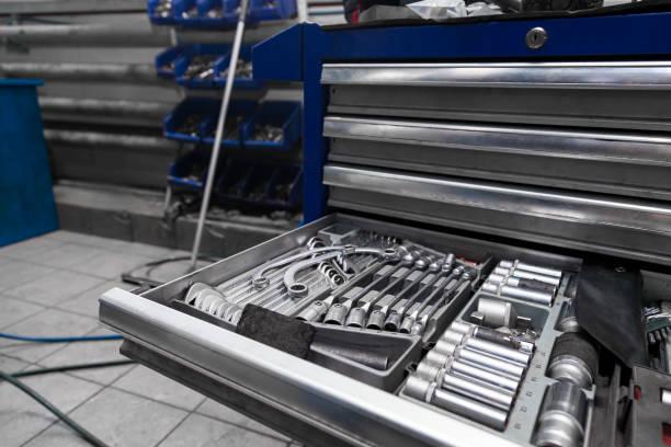 一組工具,用於擰下特殊機櫃或藍色工作臺中的螺母和螺栓,用於汽車維修或工廠維修。工業和製造業。圖像檔
