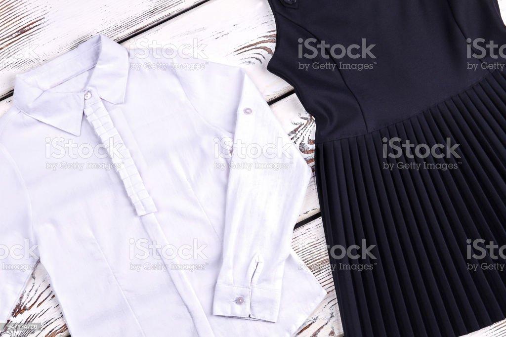 0b9cad999 Conjunto de ropa tradicional de la escuela para niñas. foto de stock libre  de derechos