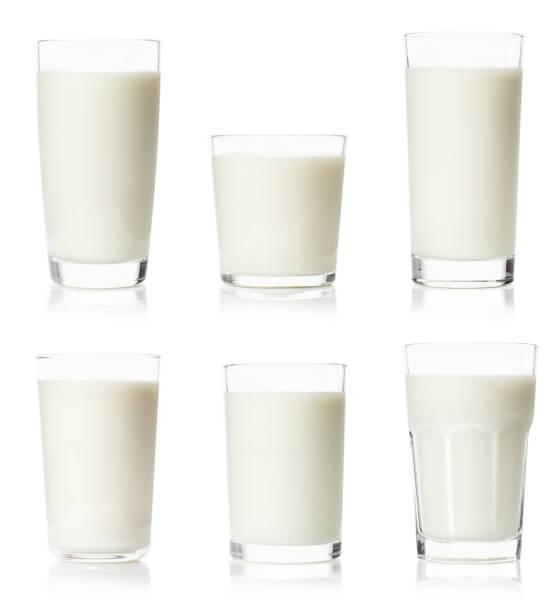 conjunto de varios vasos con leche - foto de stock