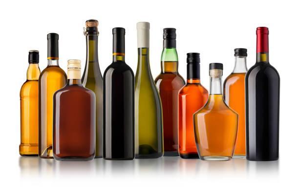 ensemble de bouteilles de vin et de brandy. - spiritueux photos et images de collection