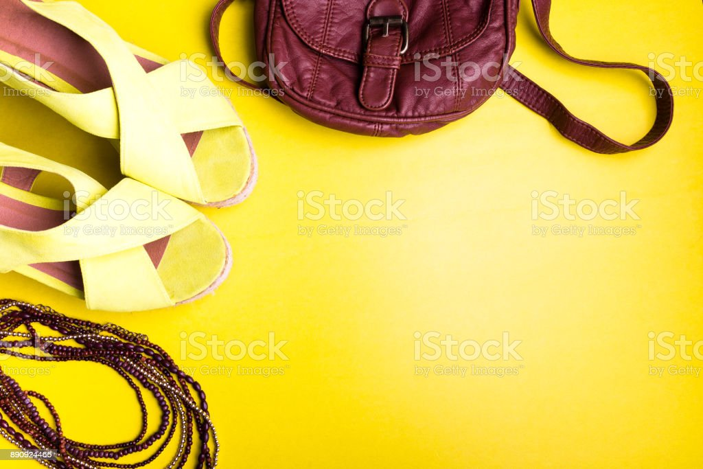 aa12c7239 Conjunto de acessórios de coisas da mulher para a temporada de verão. Bolsa  marrom amarelo
