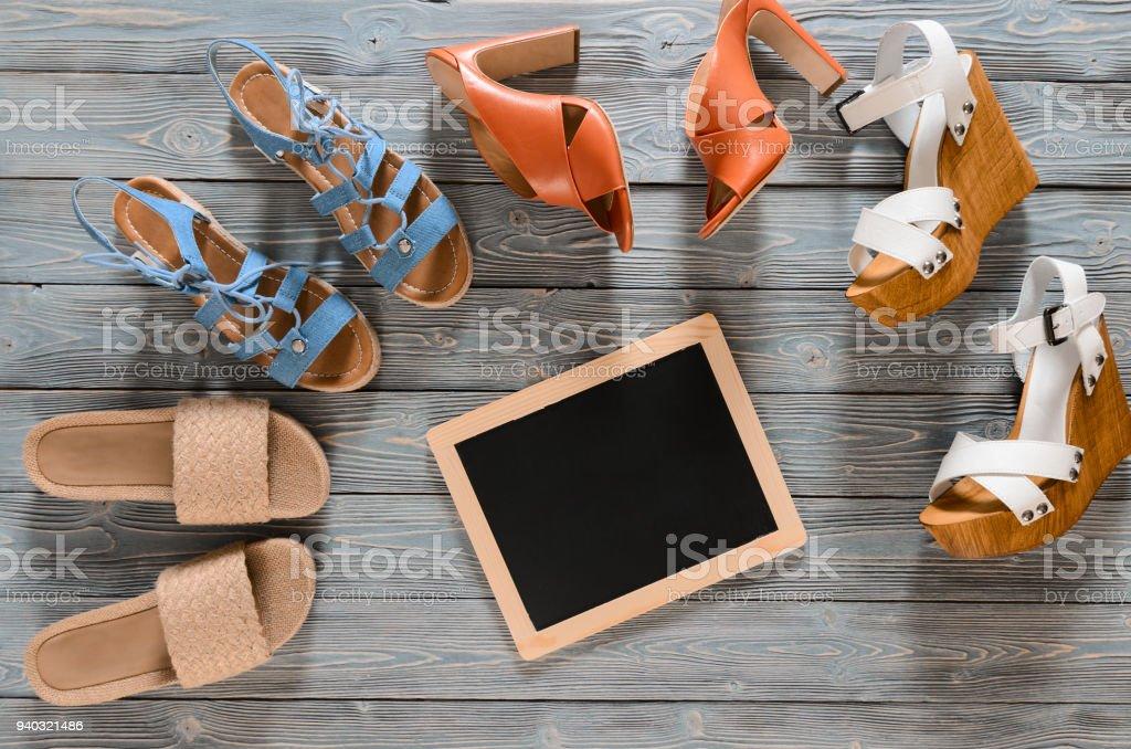 Gris De Mujer Conjunto Fondo Sobre Zapatos Madera Colección 5RA4jL