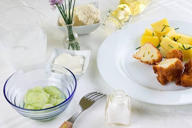 set table with breaded cauliflower - zout smaakstof stockfoto's en -beelden