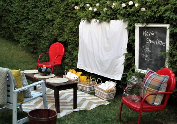 für einen film im freien mit essen und stühlen eingerichtet - tageslichtbeamer stock-fotos und bilder