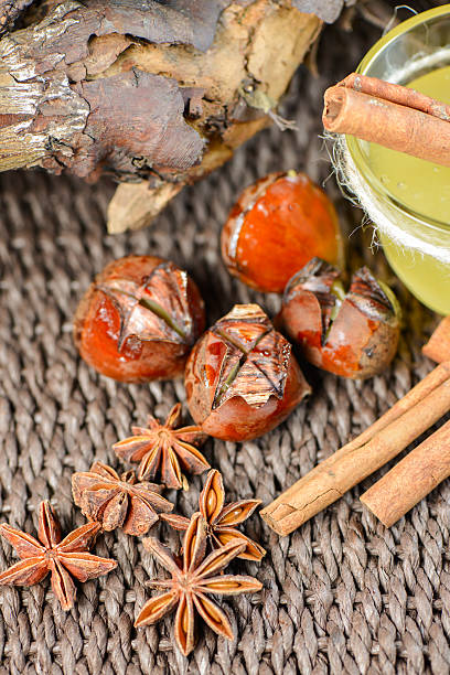 set mit anis und zimt, honig chestnut - kastanienhonig stock-fotos und bilder