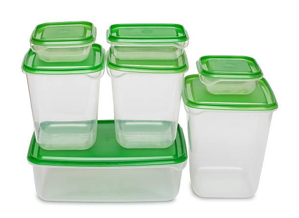 sieben weiße kunststoff-flaschen mit grüne caps. - topfdeckel speicher stock-fotos und bilder