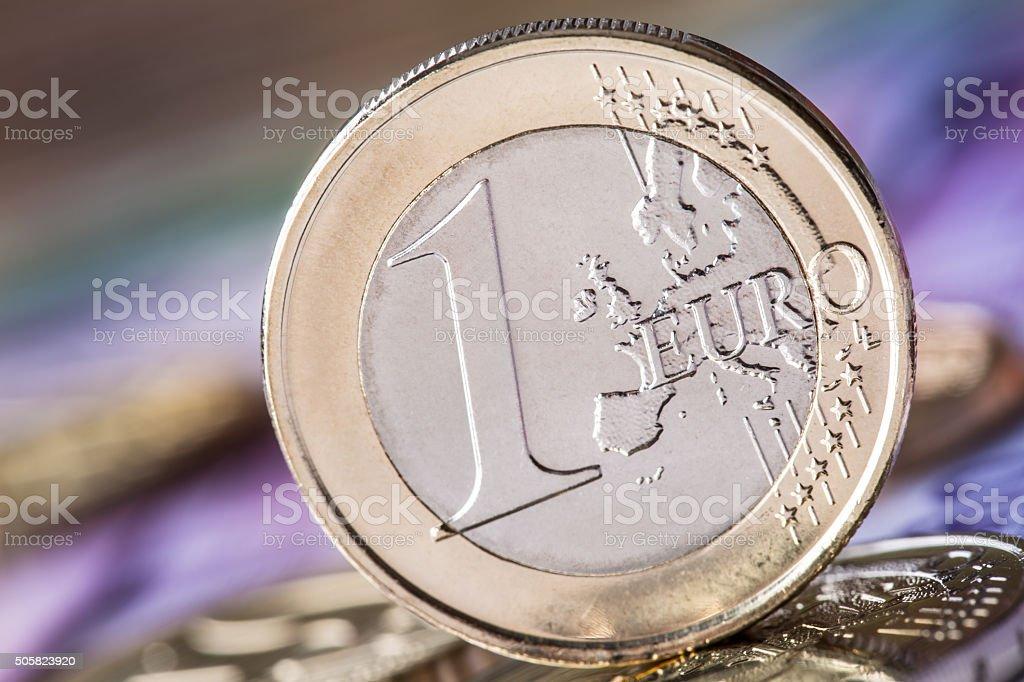 Mehrere 500 Eurobanknoten Und Münzen Befinden Sich Ganz In Der Nähe