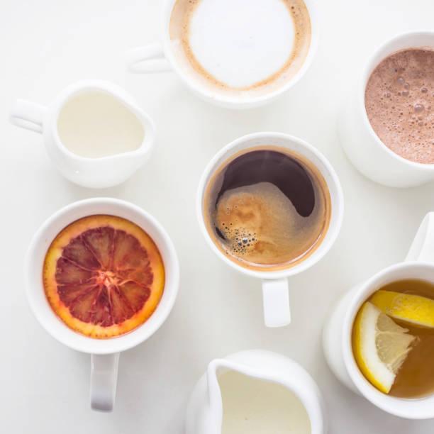 plusieurs boissons chaudes différentes sur la table blanche-menu du café - infusion pamplemousse photos et images de collection