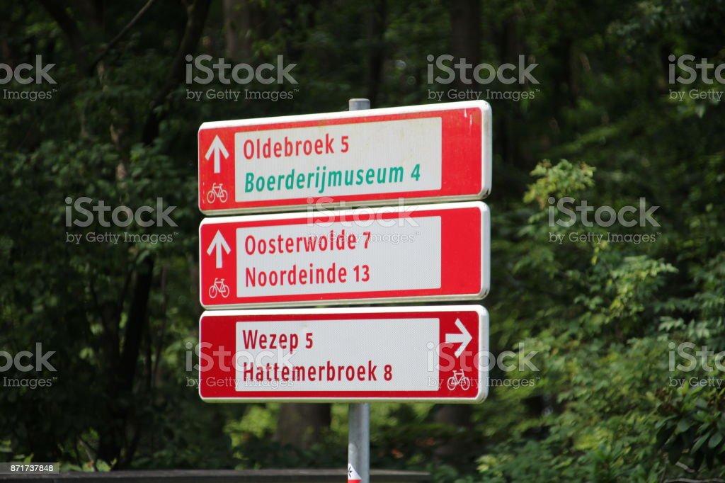 Verschillende richtingen tekent voor de fietser in provincie Gelderland Nederland foto