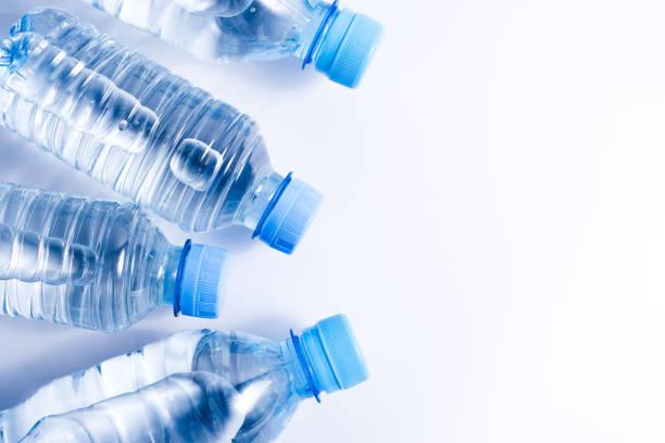 diversos frascos de água bebendo no fundo branco - sports water bottle - fotografias e filmes do acervo