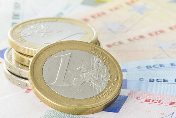 Einige euro-Münzen und Banknoten – Foto