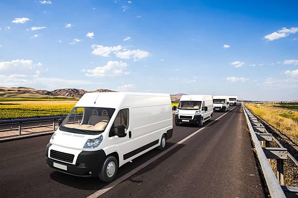 mehrere mini-vans mit schönen hintergrund - autotransporter stock-fotos und bilder