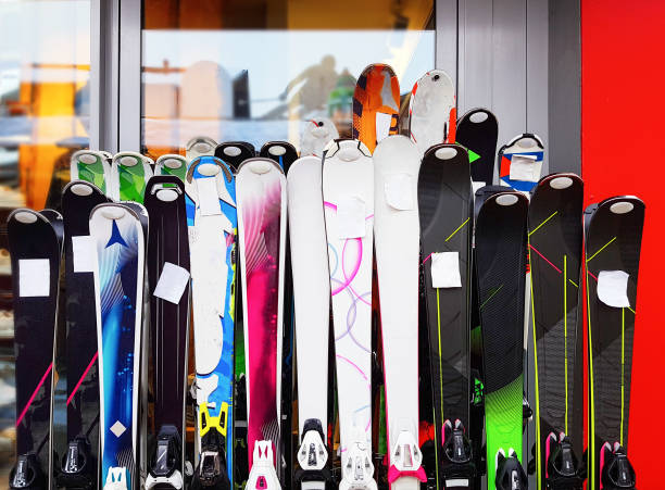 several multicolored skiing at rental point. - negozio sci foto e immagini stock