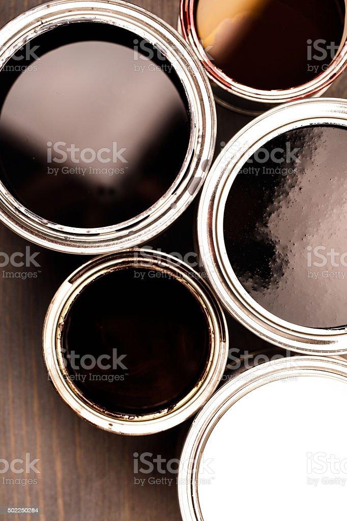 Vários opend latas com tinta dentro - foto de acervo