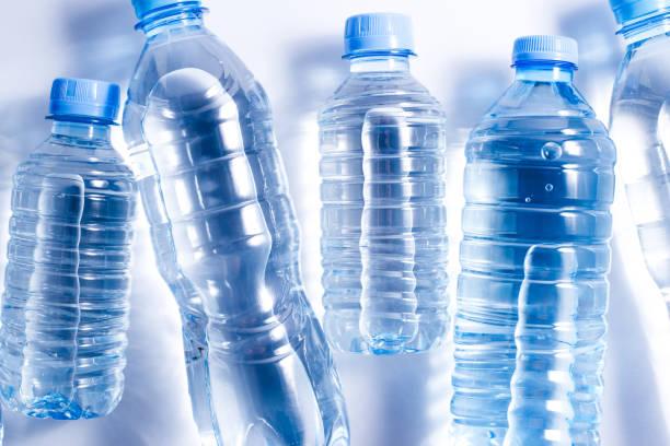 diversos frascos de água plásticos no fundo branco - sports water bottle - fotografias e filmes do acervo