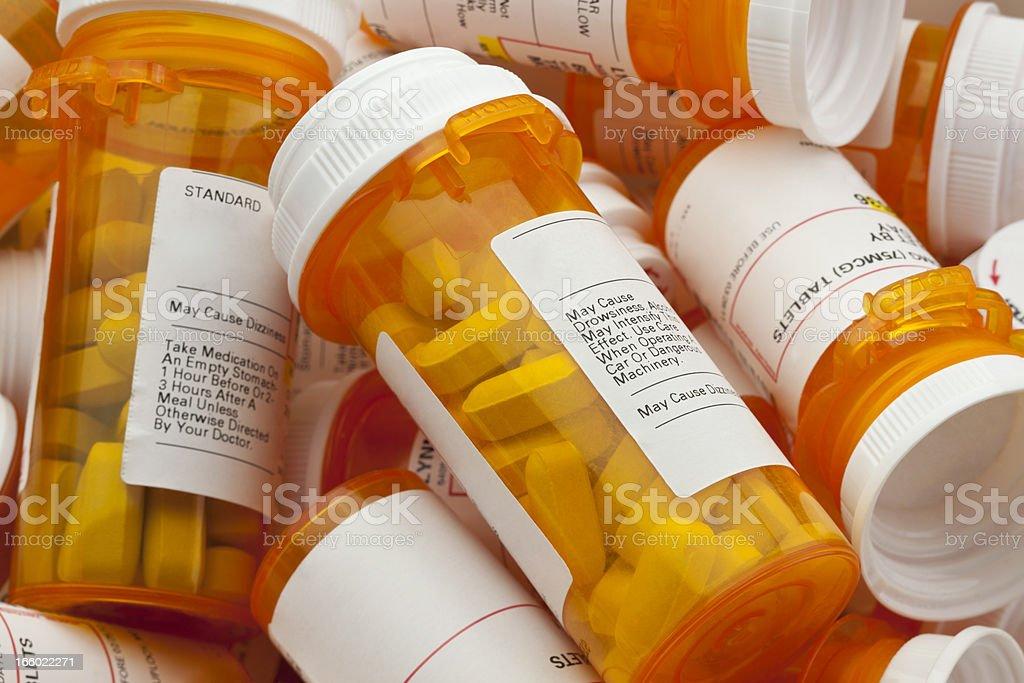 Varios receta píldoras en un montón de botellas - foto de stock