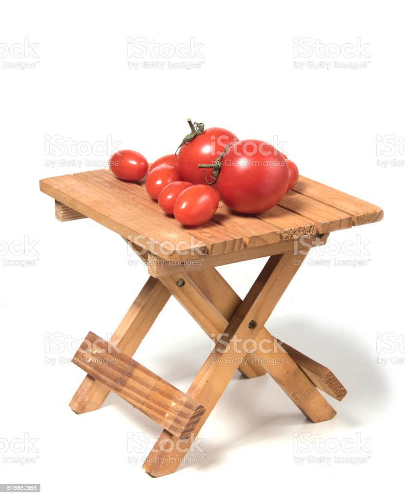 Several tomatoes of different sizes on a small table photo libre de droits