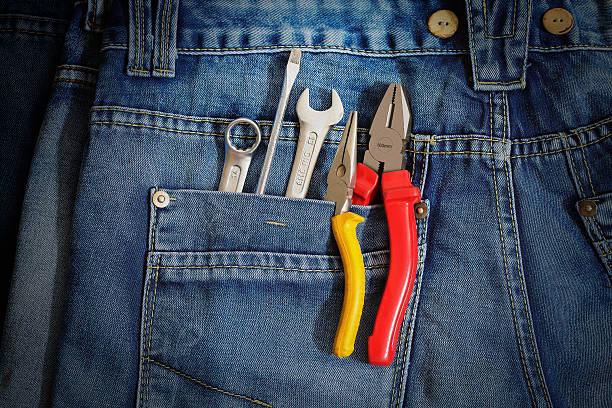mehrere tools auf denim arbeitnehmer tasche. - hausmeister stock-fotos und bilder