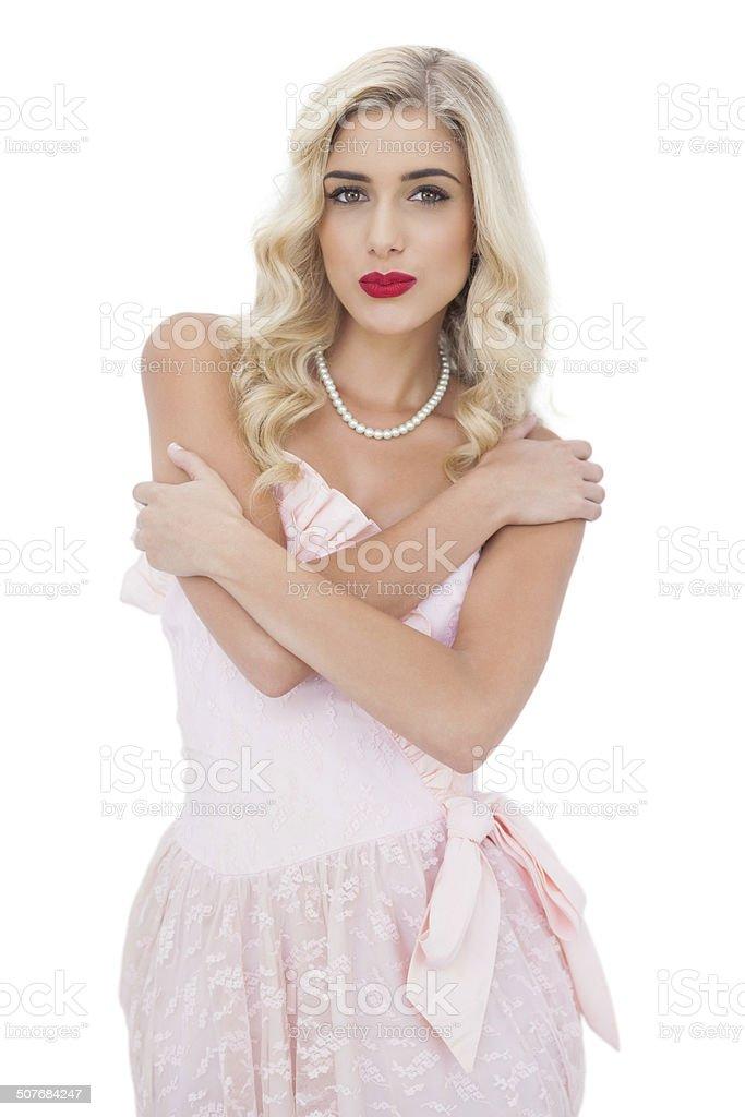 Модель блондинка в розовом платье