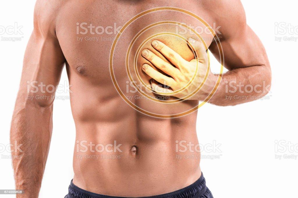 Severa angustia, hombre que sufre de dolor en el pecho, tener ataque al corazón o dolores - foto de stock