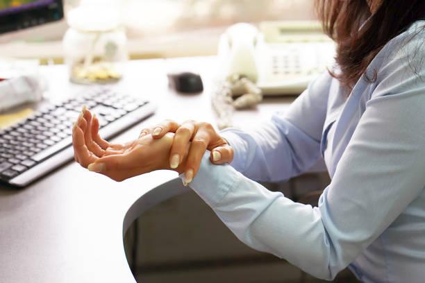 Schwere Schmerzen in der Hand einer Frau – Foto