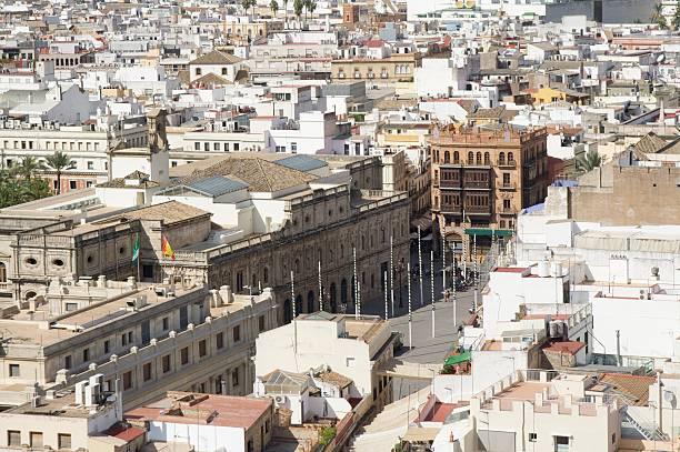 seville city hall (ayuntamiento) en la plaza de la ciudad de san francisco desde arriba - andalusian flag fotografías e imágenes de stock