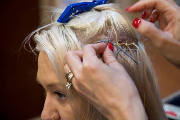 부착 되는 머리 연장에 바느질 - 붙임 머리 뉴스 사진 이미지