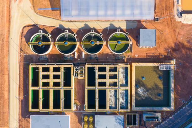 avloppsreningsverket. statisk antenn foto tittar ner på att klargöra tankar och grönt gräs. geometrisk bakgrundsstruktur - drone copenhagen bildbanksfoton och bilder
