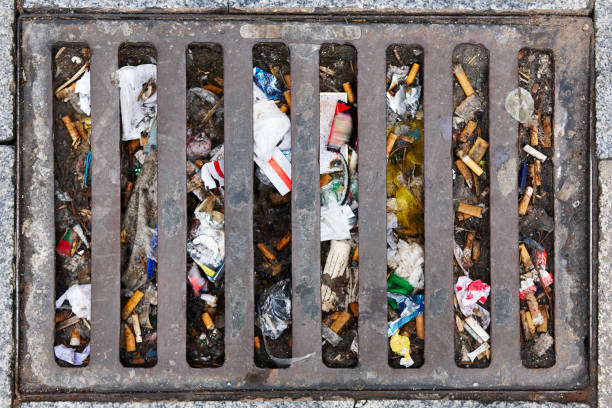 Abwasserkanal voller Müll. Luftverschmutzung. Behandlung von Abfällen. Umwelt- – Foto