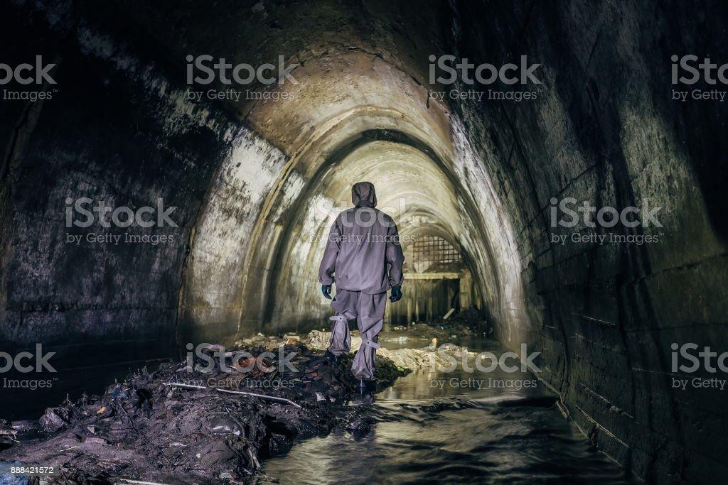 Trabajador de túnel de alcantarillado en suite protección química en túnel subterráneo alcantarilla gaseosa - foto de stock
